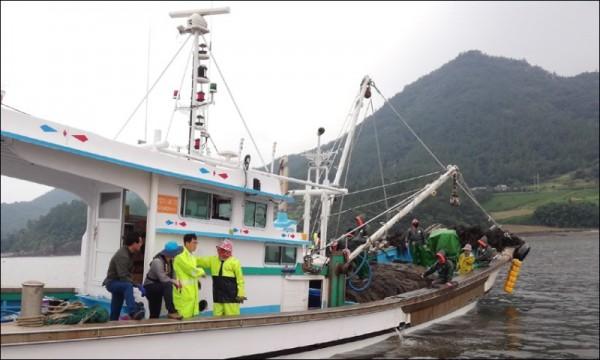 1. 보성군, 황금어장 지킨다! 18일까지 불법어업 특별단속 -보성군 공무원이 어업 허가 및 적법 여부 확인 하고 있는 장면 (2).jpg